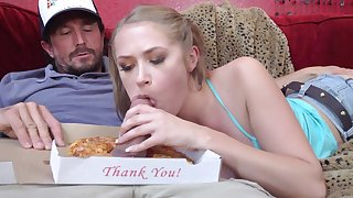 Teen enjoys the pizza guy's dick while boyfriend away