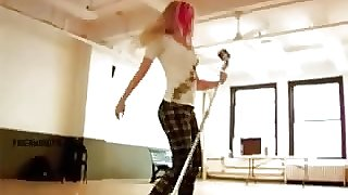 Avril Lavigne - Poppin & Movin' her big booty