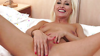 Blonde shows oral sex tricks to hot